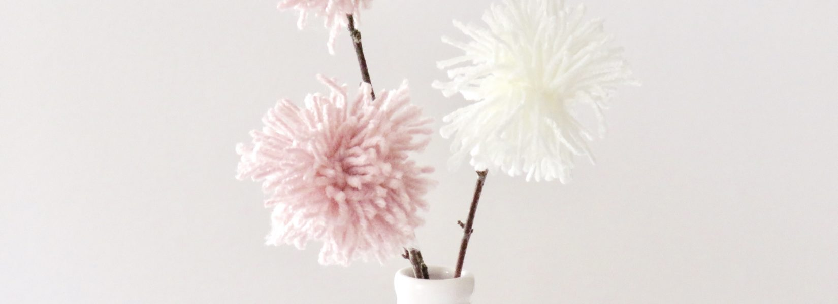 DIY Deko mit Wolle // Pom Pom Blumen als Tischdekoration